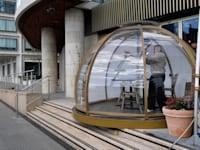 בית קפה בלונדון שמתכונן לקראת הפתיחה בשבוע הבא / צילום: Reuters, Toby Melville