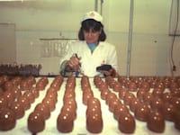 עובדת במפעל קרמבו, 1989 / צילום: לע''מ - נתן אלפרט