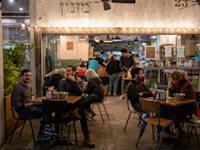 בית קפה בתל אביב. שיעור האבטלה יורד / צילום: כדיה לוי