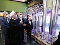 """נשיא איראן חסן רוחאני סוקר את ההתפתחויות הגרעיניות החדשות באיראן במהלך """"יום האנרגיה הגרעינית"""" בטהראן, שבת / צילום: Reuters, IRANIAN PRESIDENCY"""