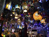 תליית קישוטים בחנות בירושלים העתיקה לכבוד חודש הרמאדן / צילום: Associated Press, Mahmoud Illean