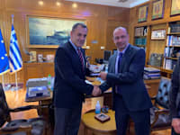שר הביטחון היווני ניקולאוס פנאגיוטפולוס עם יורם שמואלי מנכ״ל חטיבת כלי טיס באלביט מיד לאחר החתימה על החוזה / צילום: אלביט מערכות