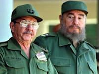 פידל וראול קסטרו, 1996. שלטו על המדינה במשך יותר מ־60 שנה, מאז סוף שנות החמישים / צילום: Reuters, RAFAEL PEREZ