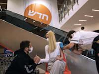 אישה מקבלת חיסון של פייזר בסניף איקאה בראשון לציון / צילום: Associated Press, Tsafrir Abayov