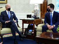 הנשיא ביידן ושר התחבורה בוטיג'יג' בבית הלבן / צילום: Associated Press, TOM BRENNE