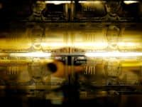 """גלופה של שטרות של חמש דולר במטבעה של ארה""""ב בוושינגטון הבירה / צילום: Reuters, Gary Cameron"""