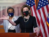 """ננסי פלוסי, יו""""ר בית הנבחרים, מציגה את הצעת החוק שתהפוך את וושינגטון DC למדינה / צילום: Associated Press, J. Scott Applewhite"""