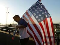 """דגל ארה""""ב עם לוגואים של חברות אמריקאיות במקום הכוכבים. מנכ""""לי התאגידים """"עברו צד"""" והחלו לתמוך בפומבי במטרות חברתיות / צילום: Reuters, Robert Galbraith"""