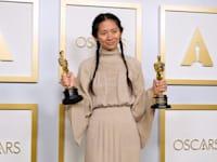 הבמאית קלואי ז'או עם שני האוסקרים שבהם זכתה / צילום: Associated Press, Chris Pizzello