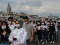 עוברי אורח הולכים על גשר אמינונו באיסטנבול / צילום: Associated Press, Yasin Akgul