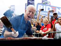 ביידן עושה על האש באיווה בתחילת הקמפיין לנשיאות, / צילום: Associated Press, Charlie Neibergal