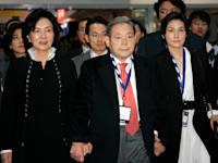 """מנכ""""ל סמסונג המנוח לי קון־הי עם אישתו ובתו ב-2010"""