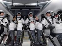 צוות האסטרונאוטים של החללית Resilience אחרי שנחתו בהצלחה בתוך הים / צילום: Associated Press, Bill Ingalls/NASA