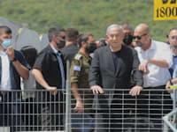 ראש הממשלה בנימין נתניהו והשר לביטחון פנים אמיר אוחנה בהר מירון לאחר האסון / צילום: רמי שלוש