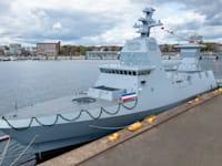 """אח""""י עוז במספנות בקיל, היום. הדגל הוא של מדינת המחוז שלזוויג הולשטיין, שבבירתה קיל נבנות הספינות. / צילום: דוברות חיל הים"""