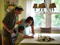 """הרבה רבקה גוטרמן, המובילה את בית הכנסת הרפורמי """"עמנו-אל"""" בניו יורק, עם משפחתה"""