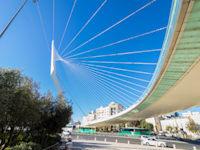 """גשר המיתרים בכניסה לירושלים. תוכנית  הדגל היא """"שער העיר"""" / צילום: Shutterstock"""