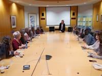 """מפגש הנערות והמנהלות בפרויקט """"נקודת מפגש"""" (במרכז: ד""""ר שלי גורדון מאלביט). """"גיוון מחשבתי סביב השולחן תורם לחדשנות"""" / צילום: תמר מצפי"""