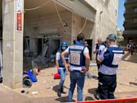 """מנכ""""ל מד""""א אלי בין בזירת פגיעת הרקטה בבניין באשקלון / צילום: תיעוד מבצעי מד""""א"""