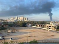 """ענן הפיח כתוצאה מהשריפה במיכל הדלק של תש""""ן באשקלון, הבוקר / צילום: יורם שפר"""