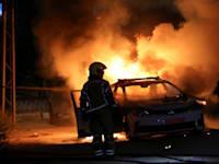 רכב משטרתי עולה באש לאחר שהציתו אותו בתוך המהומות בלוד / צילום: Reuters, Ammar Awad