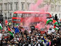 הפגנה פרו־פלסטינית מול דאונינג 10, בלונדון, השבוע / צילום: Reuters, TOBY MELVILLE