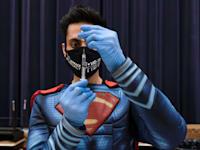 """רופא בארה""""ב בתחופשת של סופרמן מכין חיסון לקורוה של פייזר / צילום: Reuters, Hannah Beier"""