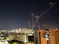 כיפת ברזל מיירטת רקטות ששוגרו מרצועת עזה לעבר אשקלון / צילום: Reuters, AMIR COHEN
