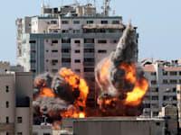 הפעלת בניין אלג'לאא בעזה / צילום: Associated Press, Mahmud Hams