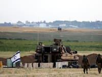 """צה""""ל בצד הישראלי של הגבול עם רצועת עזה / צילום: Reuters, Baz Ratner"""