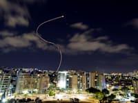 כיפת ברזל מיירטת מטח טילים שנשלחו מרצועת עזה מעל אשקלון / צילום: Reuters, AMIR COHEN