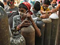 תור למילוי בלוני חמצן למען חולי קורונה בהודו / צילום: Associated Press, Ishant Chauhan