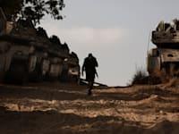 """כוח צה""""ל סמוך לרצועת עזה, הבוקר / צילום: Associated Press, Maya Alleruzzo"""