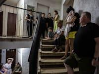דיירי בניין באשדוד תופסים מחסה מהרקטות בחדר המדרגות / צילום: Associated Press, Heidi Levine