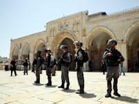 """כוח מג""""ב חוסם את הכניסה לכיפת הסלע / צילום: AP Mahmoud Illean"""