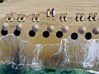 חוף באי פלאקה באי היווני נקסוס, החודש. אירופה מצחצחת  את אתרי התיירות ומקווה שהתיירים לא יחששו לבוא / צילום: Thanassis Stavrakis PA