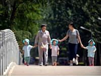 נשים עם ילדים בפארק בבייג'ינג'. שיעור הילודה בסין נמוך מאוד