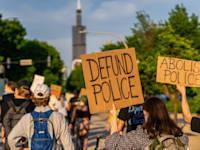 מפגינים בשיקגו קוראים לצמצום תקציבי המשטרה / צילום: Shutterstock, Untitled Title