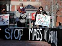 """הפגנה בתחילת השנה להארכת האיסור על פינוי דיירים בתקופת הקורונה, בבוסטון ארה""""ב / צילום: Associated Press, Michael Dwyer"""