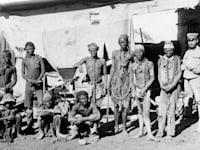 חייל גרמני ואסירים בני שבטי הררו ונאמה, 1908 / צילום: מתוך ויקימדיה commons