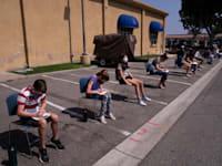 """נוער בגילאי 12-15 מחכה בתור להתחסן נגד הקורונה בקליפורניה, ארה""""ב"""