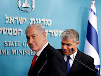 יאיר לפיד ובנימין נתניהו: התקשורת בעולם מדווחת על הדרמה הפוליטית בארץ / צילום: Reuters, Ronen Zvulun