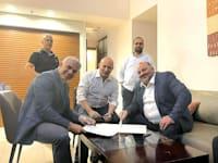 מנסור עבאס, נפתלי בנט ויאיר לפיד בעת החתימה על ההסכם הקואליציוני / צילום: נוואף נבארי