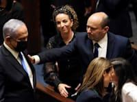 נפתלי בנט לוחץ את היד לבנימין נתניהו / צילום: Reuters, Ronen Zvulun