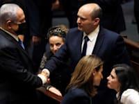 """בנט ונתניהו השבוע בכנסת. ברקע: יו""""ר הקואליציה סילמן / צילום: Reuters, Ronen Zvulun"""