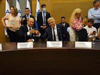 יאיר לפיד ונפתלי בנט מרימים כוסית לאחר השבעת הממשלה / צילום: דוברות הכנסת, דני שם טוב