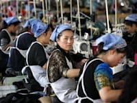 נשים בסין שעובדות במפעל לייצור בגדים. עבודה בתנאים קשים / צילום: Shutterstock, Frame China