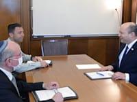 """ראש הממשלה, נפתלי בנט, בפגישת עבודה עם ר' המל""""ל מאיר בן שבת והמזכיר הצבאי לרה""""מ אבי בלוט / צילום: עמוס בן גרשום - לע""""מ"""