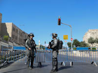 """שוטרי מג""""ב בעיר הקימו מחסומים בעיר העתיקה בירושלים לקראת מצעד הדגלים / צילום: Associated Press, Ariel Schalit"""