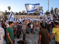 משתתפי מצעד הדגלים רוקדים ליד שער שכם בירושלים / צילום: Reuters, Ronen Zvulun